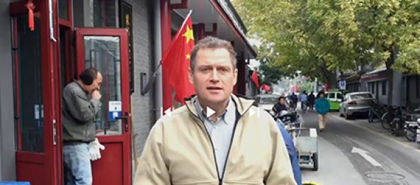 Tom Gillesberg fra Schiller Instituttets Venner kører valgkampagne fra Kina!